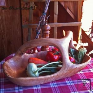 un grand bol en bois d'olivier