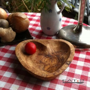 Schale aus Olivenholz in Herzform